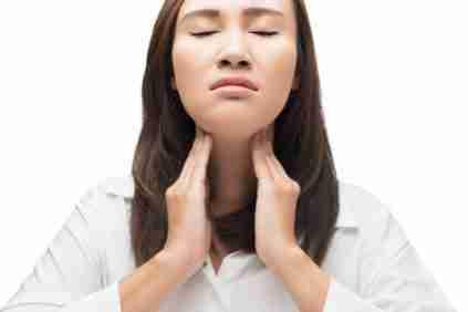 mujer con amigdalas inflamadas